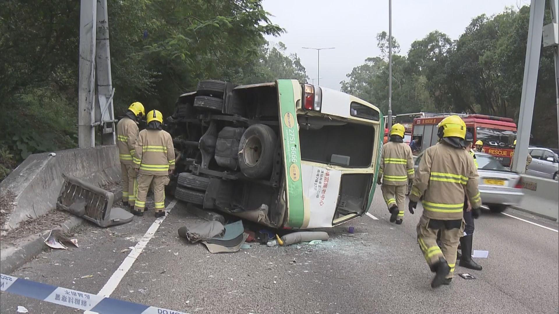 城隧公路小巴翻側釀1死16傷