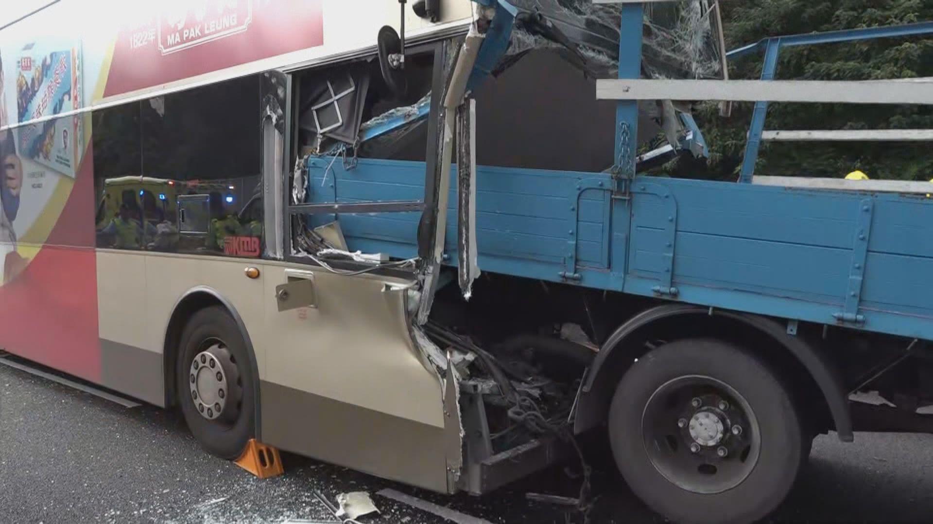 城隧大圍出口三車相撞 巴士車長死亡十多人傷