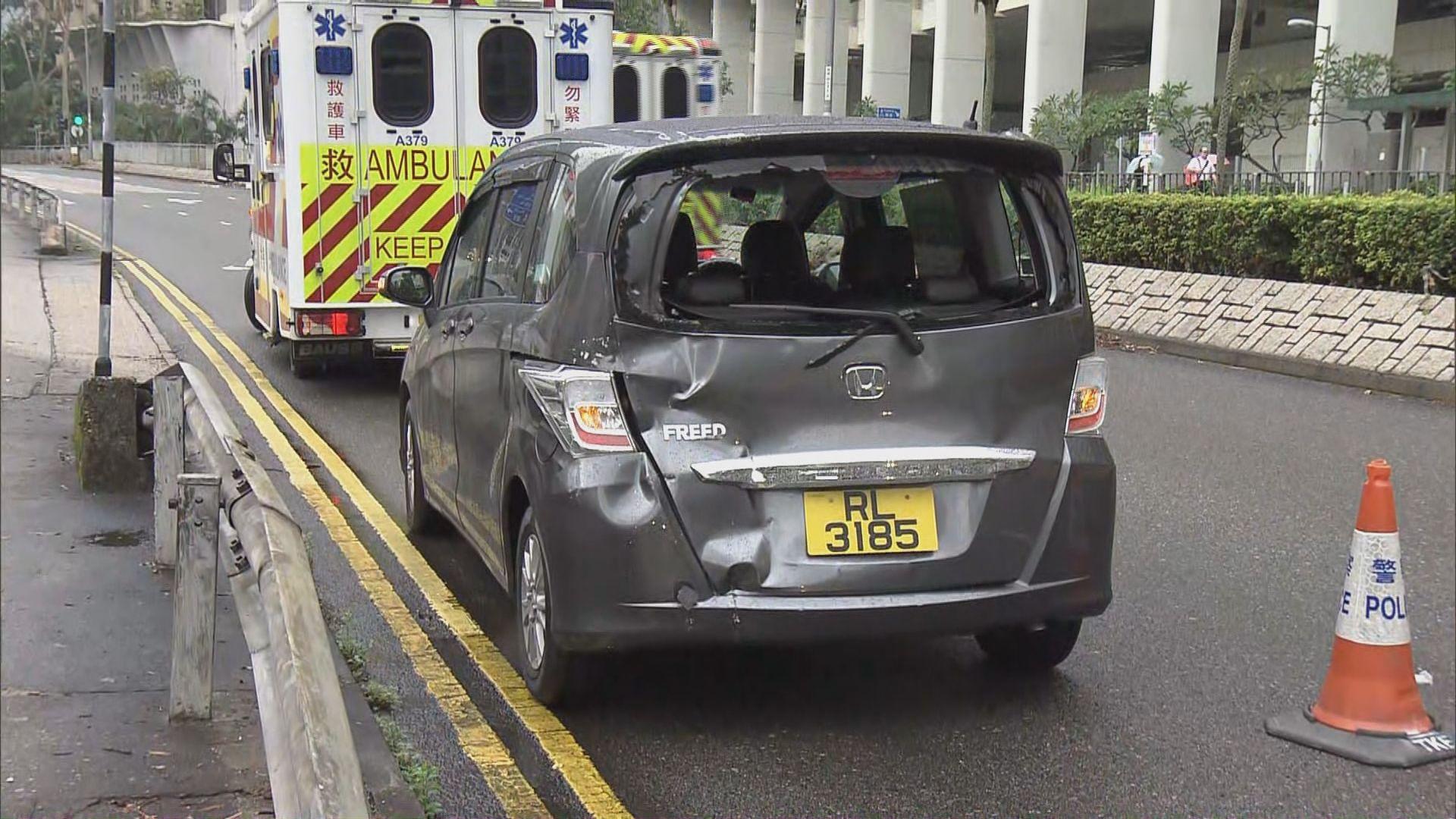 將軍澳新巴與私家車相撞三人傷