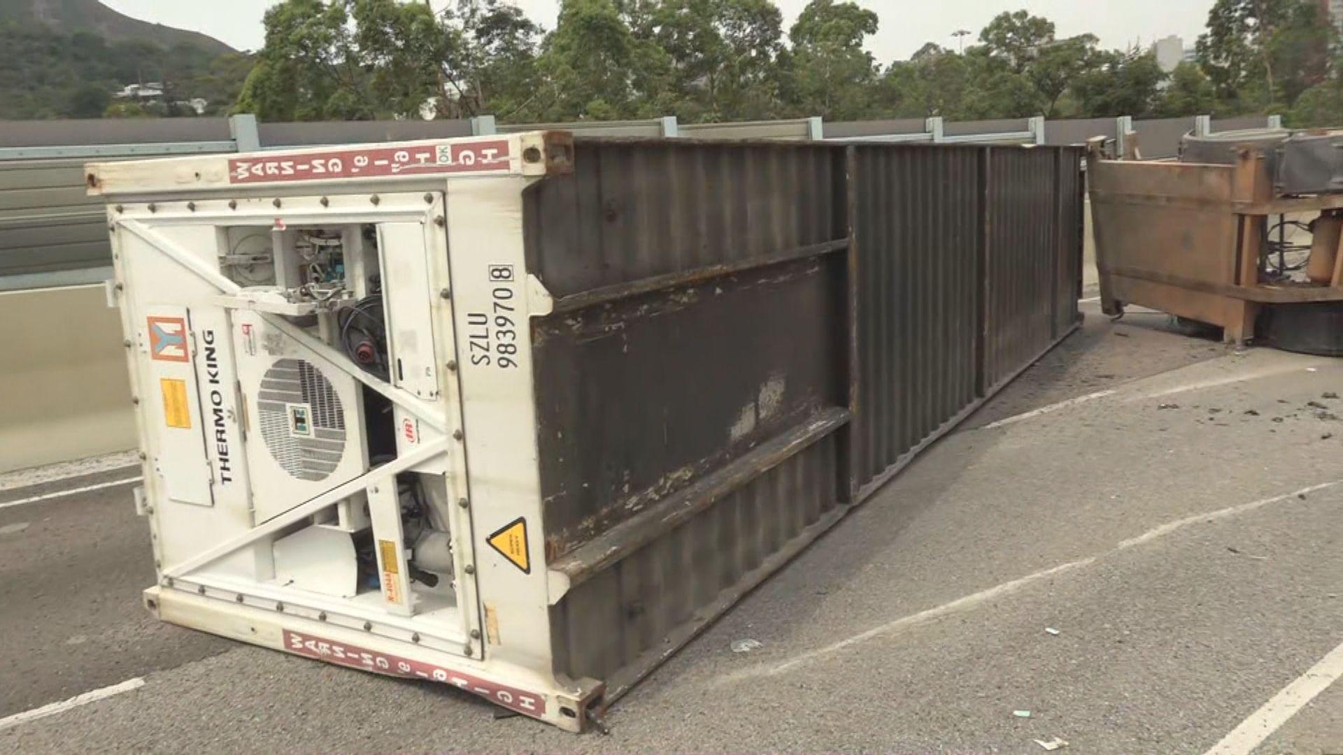屯門有貨櫃車翻側 司機受傷送院