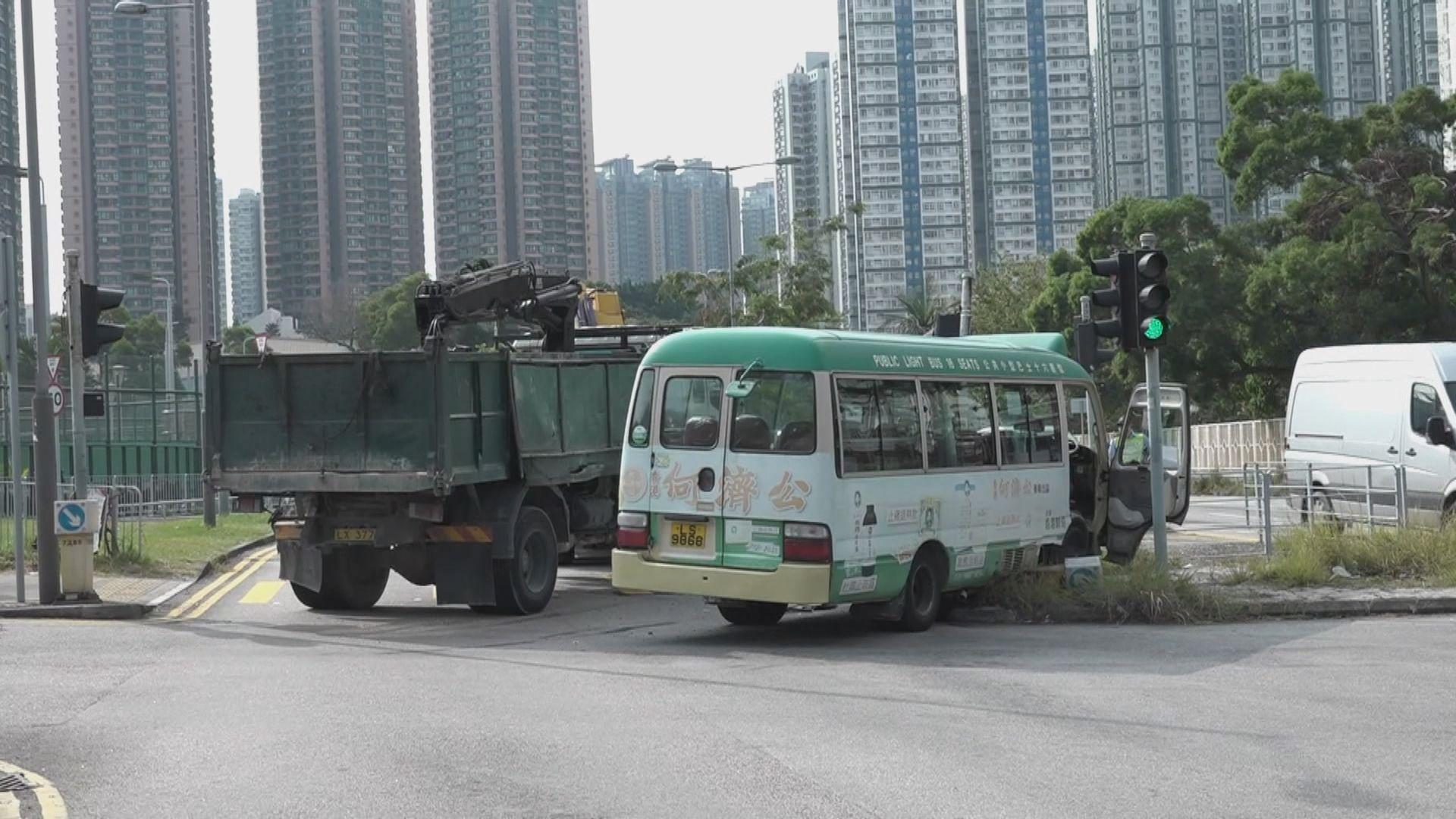 屯門貨車與小巴相撞七人傷