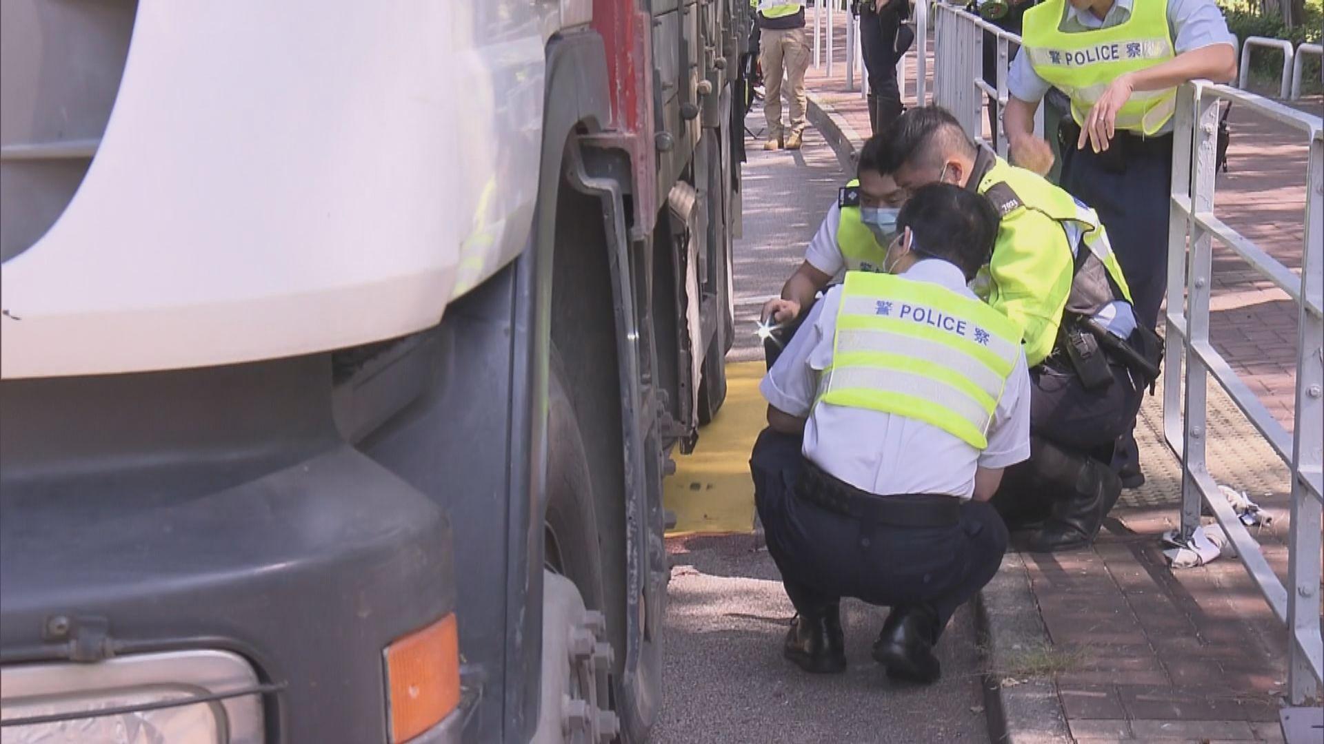 屯門女子被重型貨車撞倒後捲車底亡