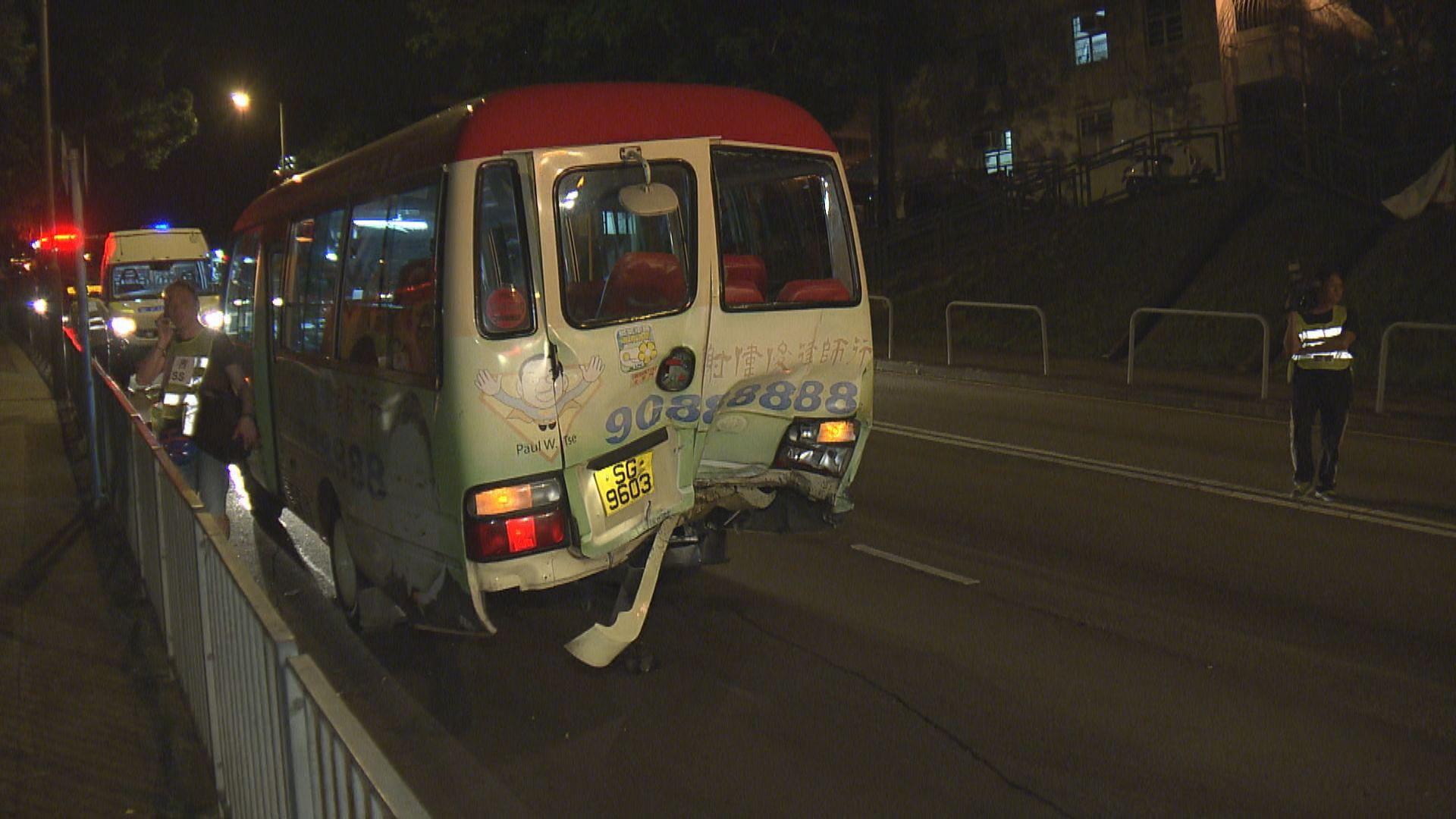 荃灣小巴與私家車相撞 八人受傷送院