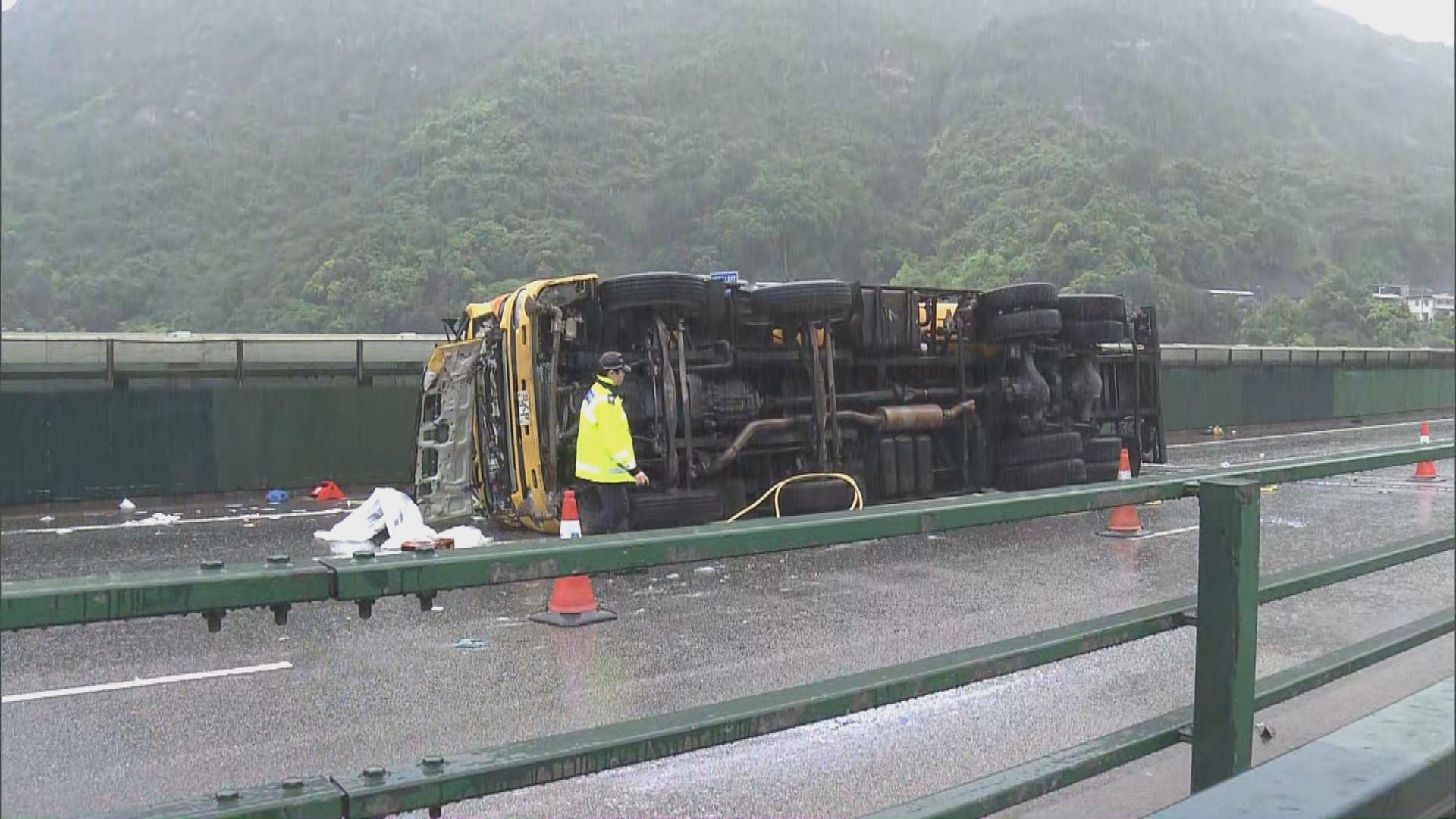 屯門公路重型車失控翻側司機重傷