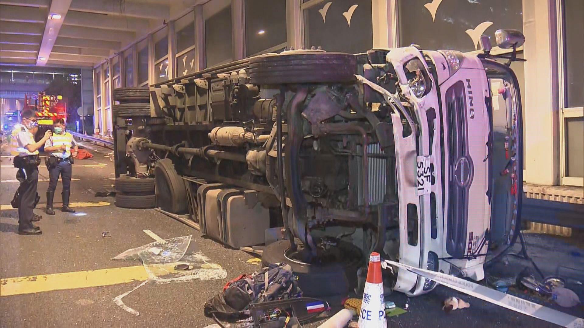 荃灣貨車翻側司機拋出被壓死