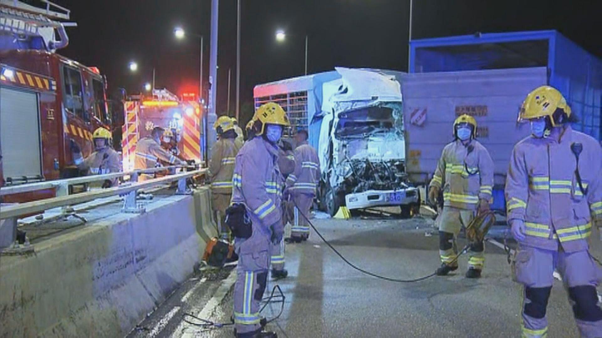 荃灣路三車相撞四人受傷送院