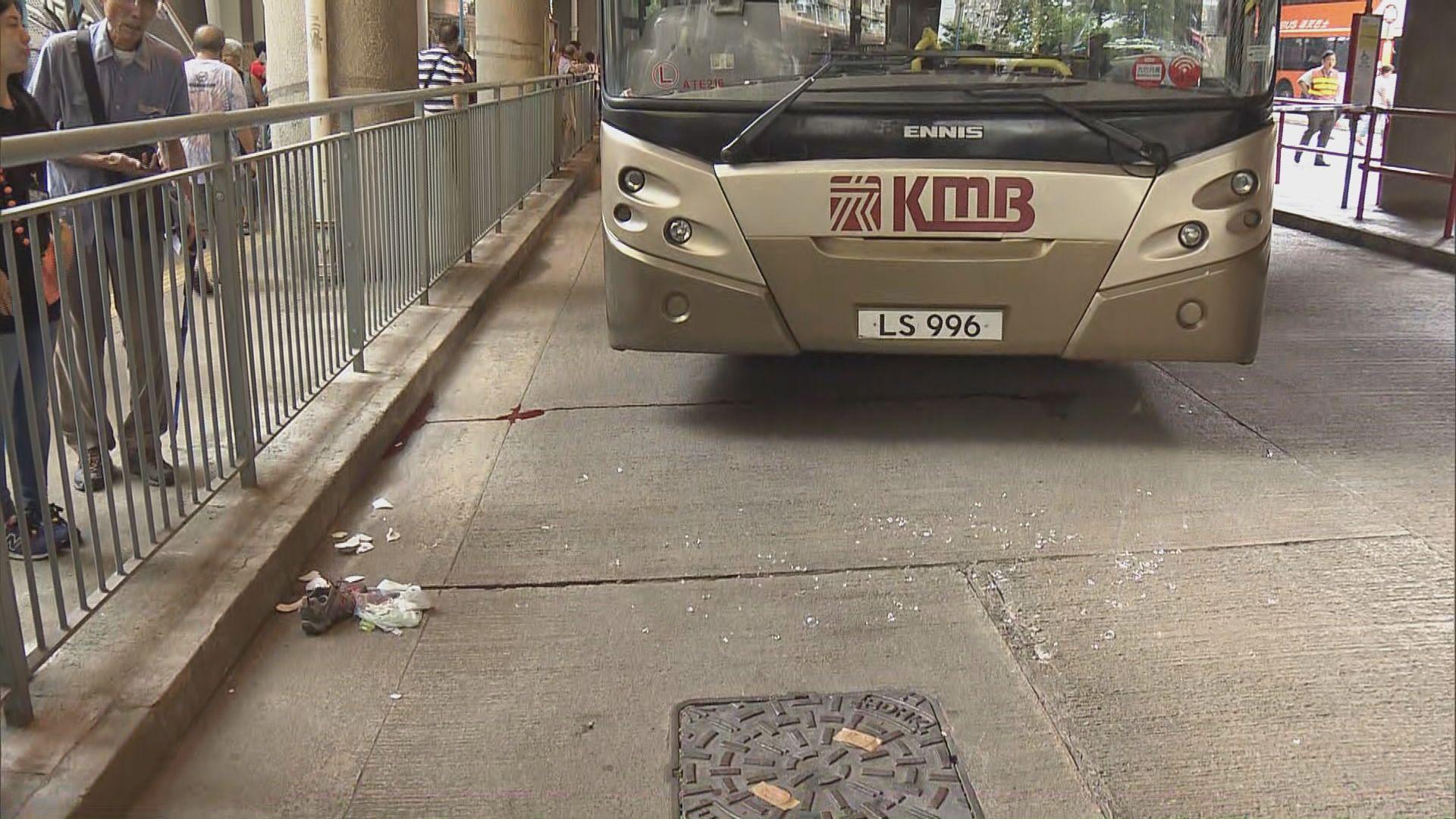 青衣女子被巴士撞倒困車底 昏迷送院