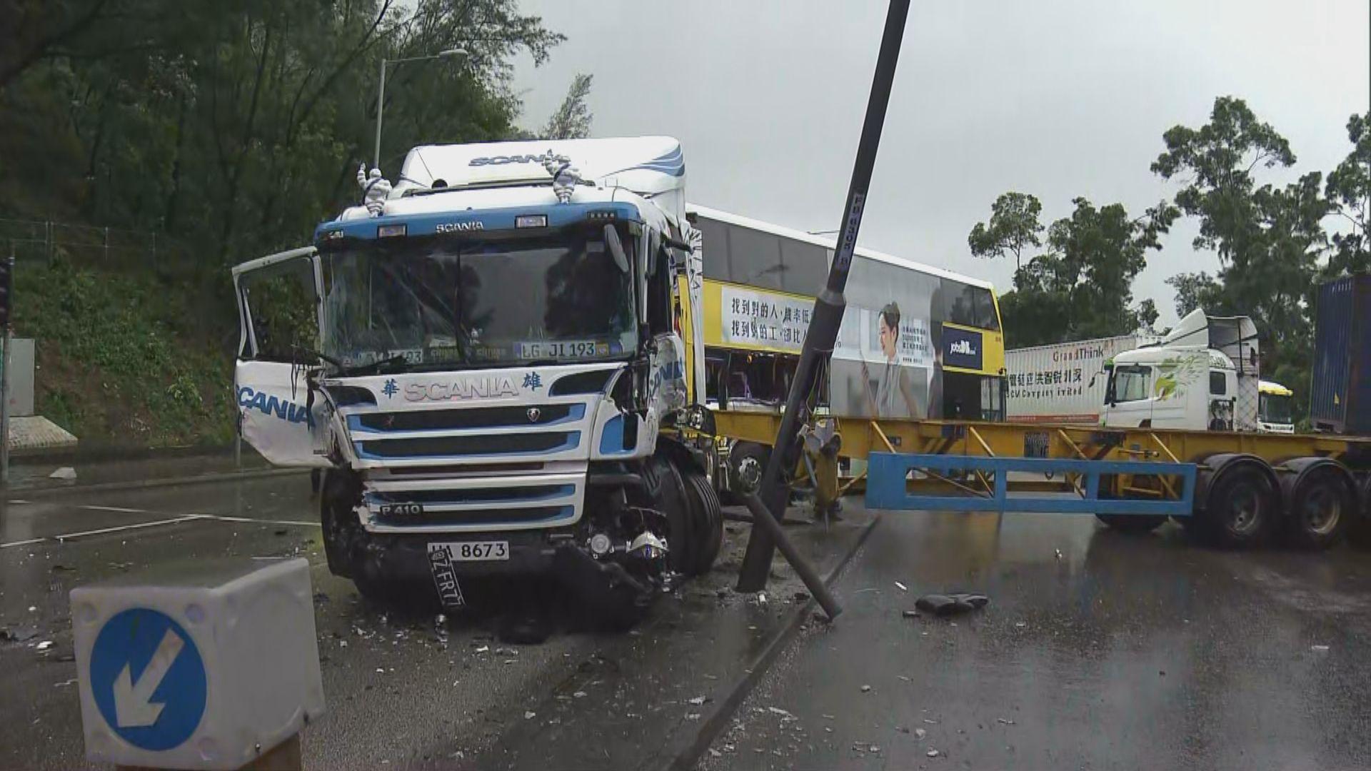 青衣機場巴士與貨櫃車相撞七人受傷