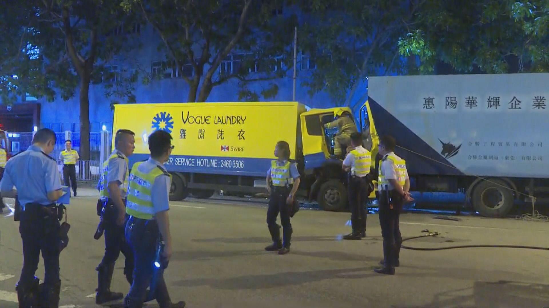 元朗兩貨車相撞 兩人受傷送院