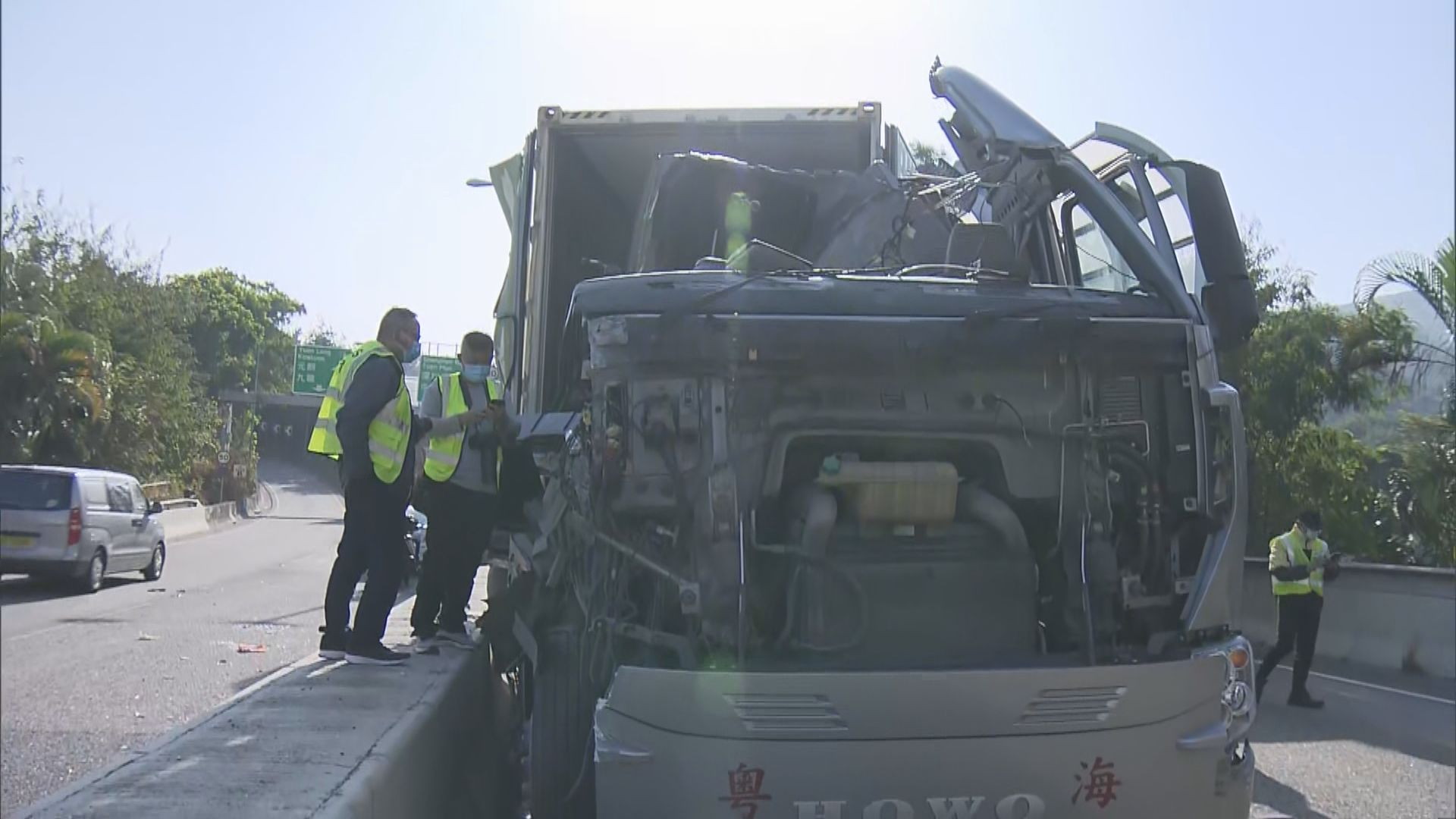 元朗有貨櫃車撞隔音屏 司機拋出車外受傷