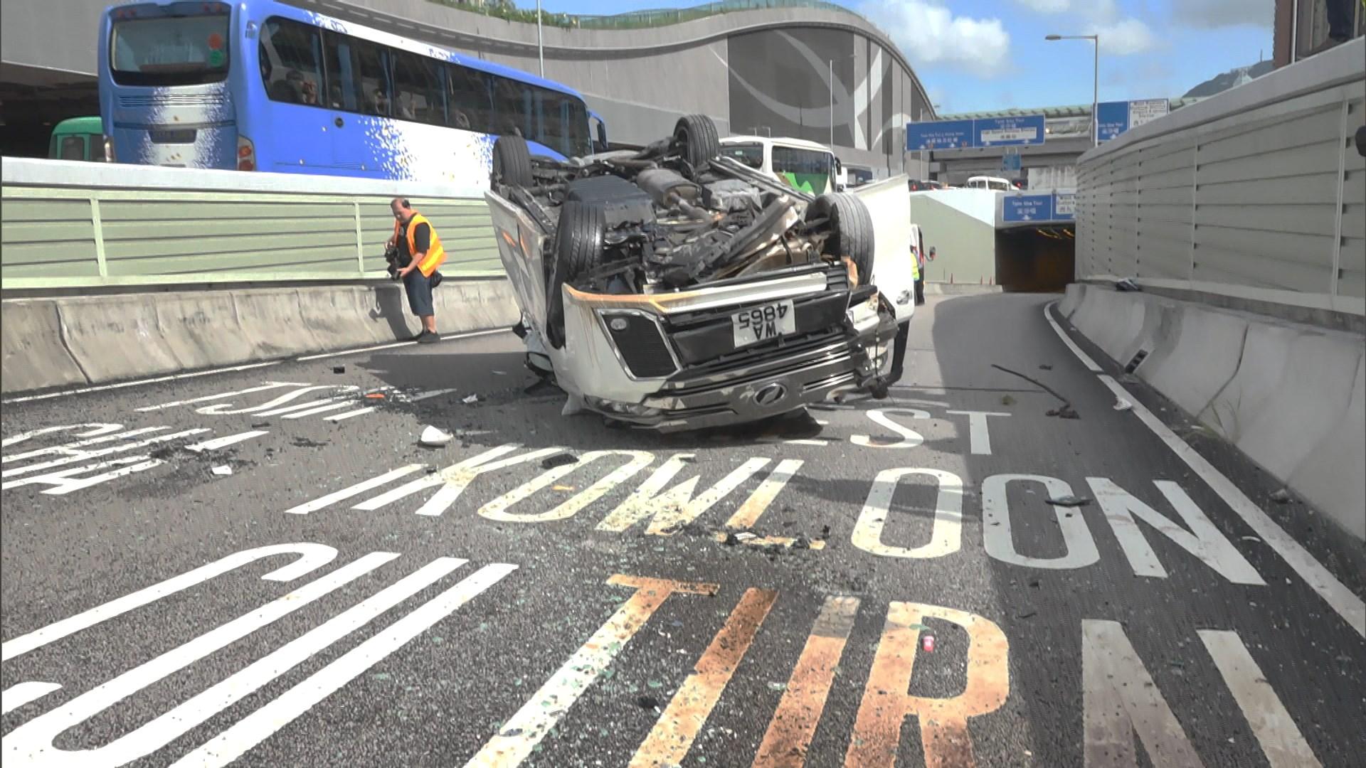 油麻地私家車翻側 六人受傷送院