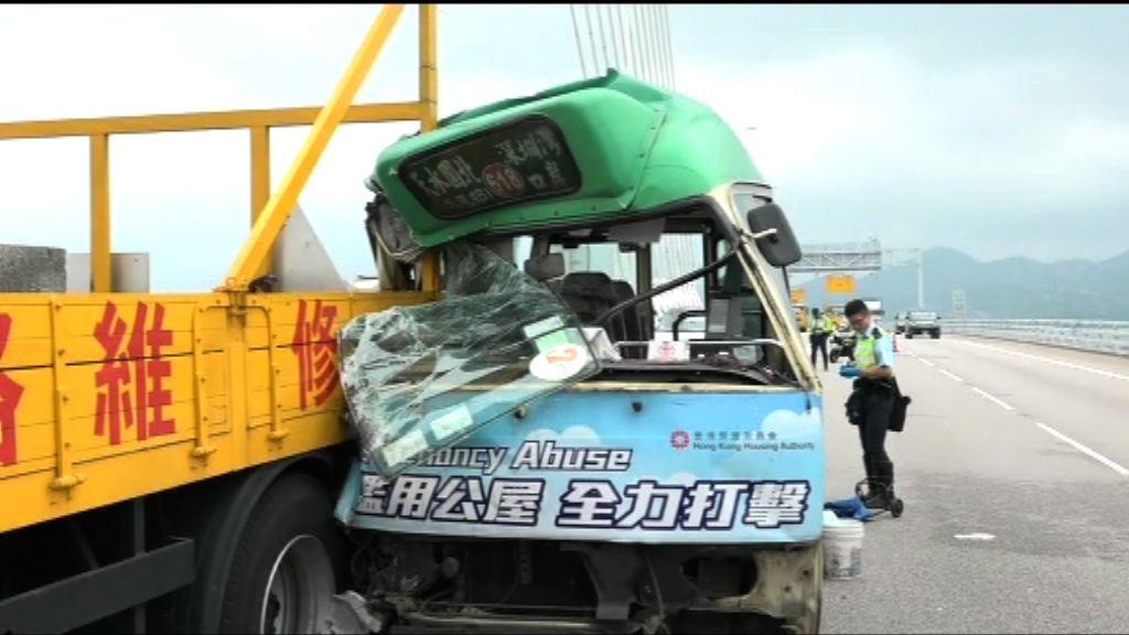 深圳灣大橋小巴撞工程車一死九傷