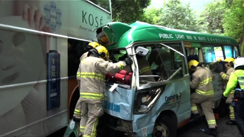 柴灣有小巴與兩巴士撞二十人傷