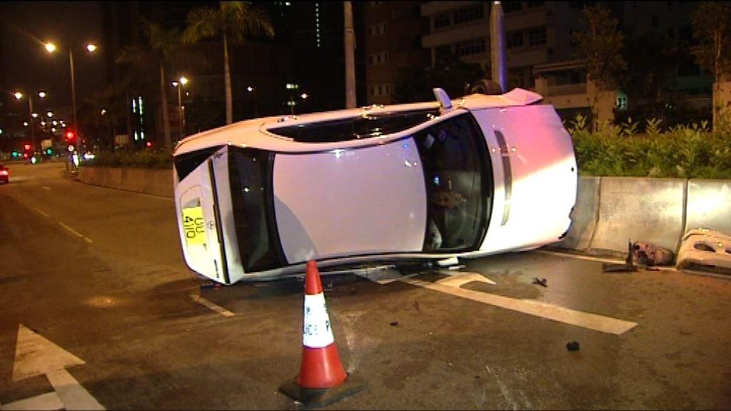 長沙灣私家車撞欄翻側一人傷
