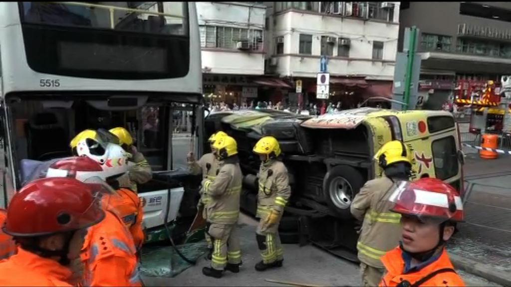長沙灣小巴與巴士相撞多人傷5人嚴重