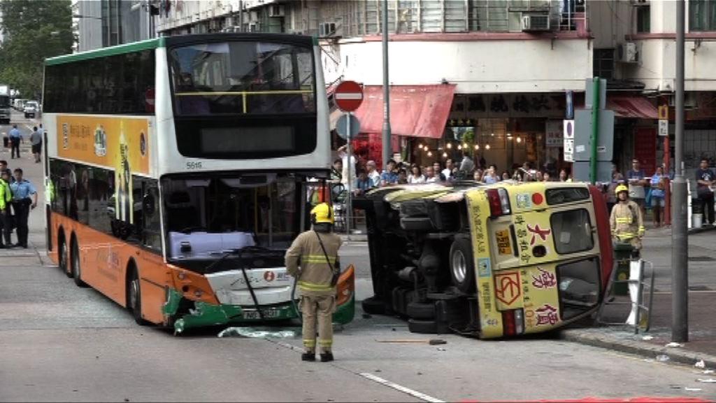 長沙灣小巴新巴相撞15人傷 巴士司機被捕