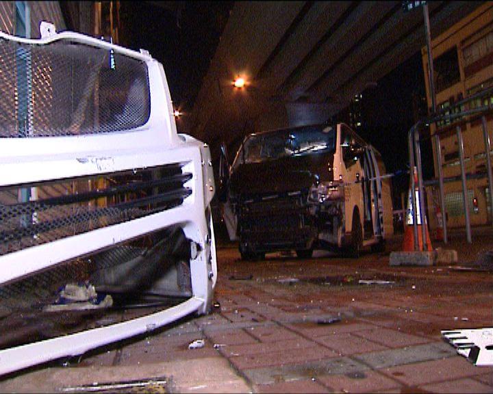 紅磡客貨車衝上行人路司機受傷