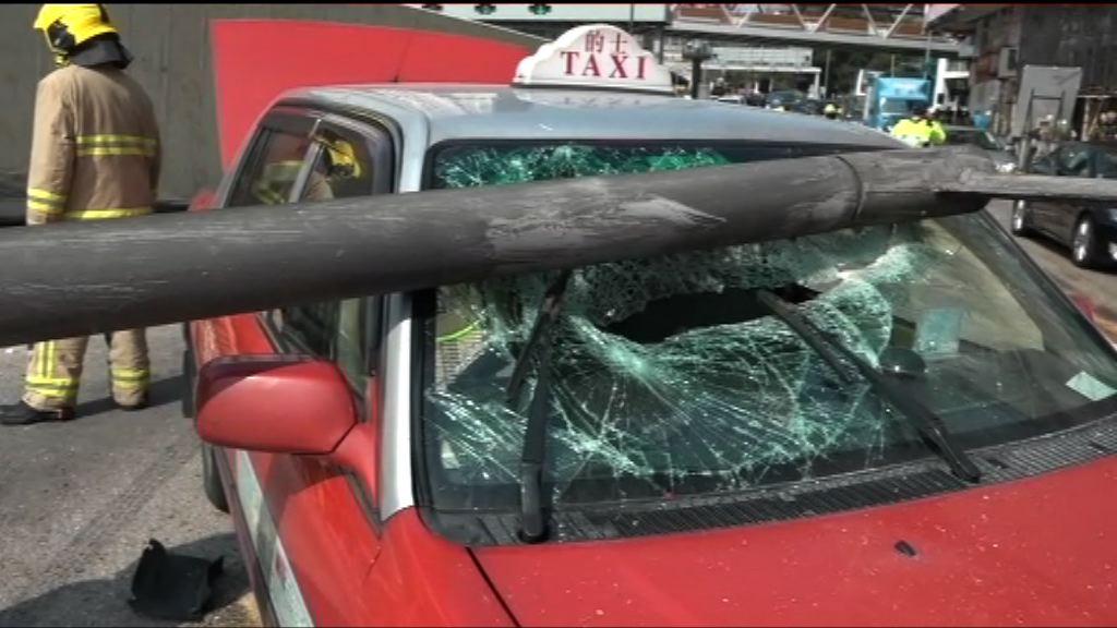 貨櫃車翻側毀燈柱擊中的士兩人傷