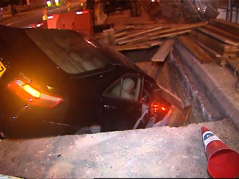 元朗車禍私家車失控墮坑三傷