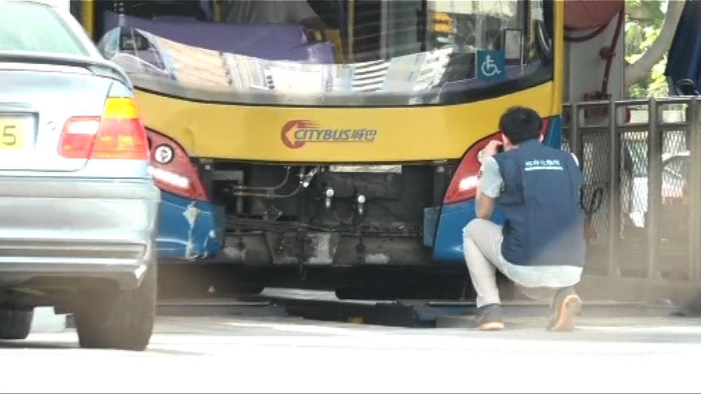 深水埗三死車禍 化驗所人員檢查涉事城巴