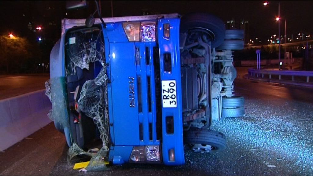 葵涌貨車失事撞壆翻側釀五傷
