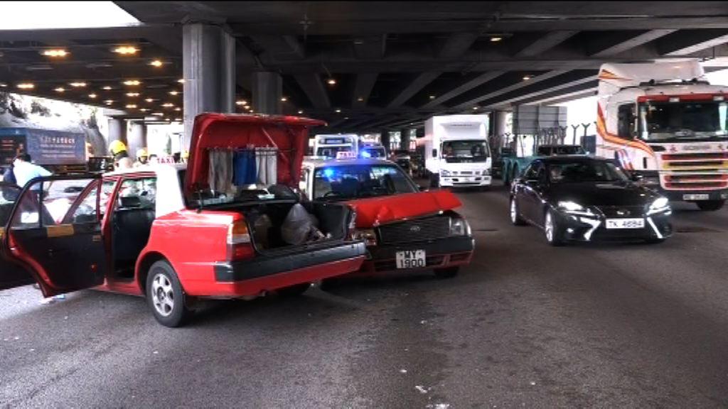 葵涌道三車相撞四人受傷