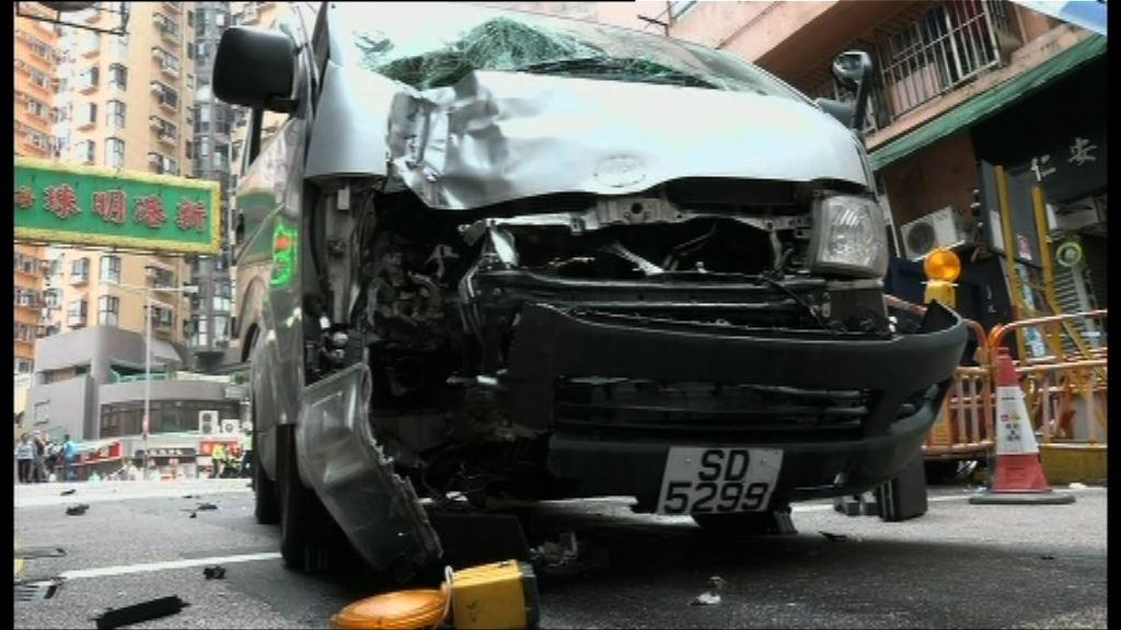 觀塘客貨車落斜撞途人 傷者昏迷送院