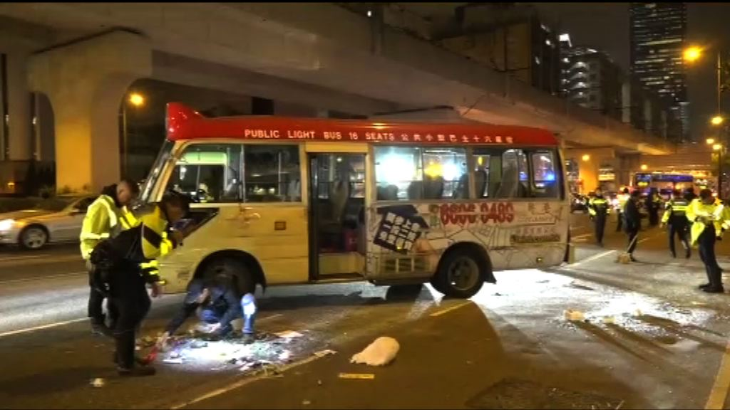觀塘小巴與貨車相撞十人輕傷