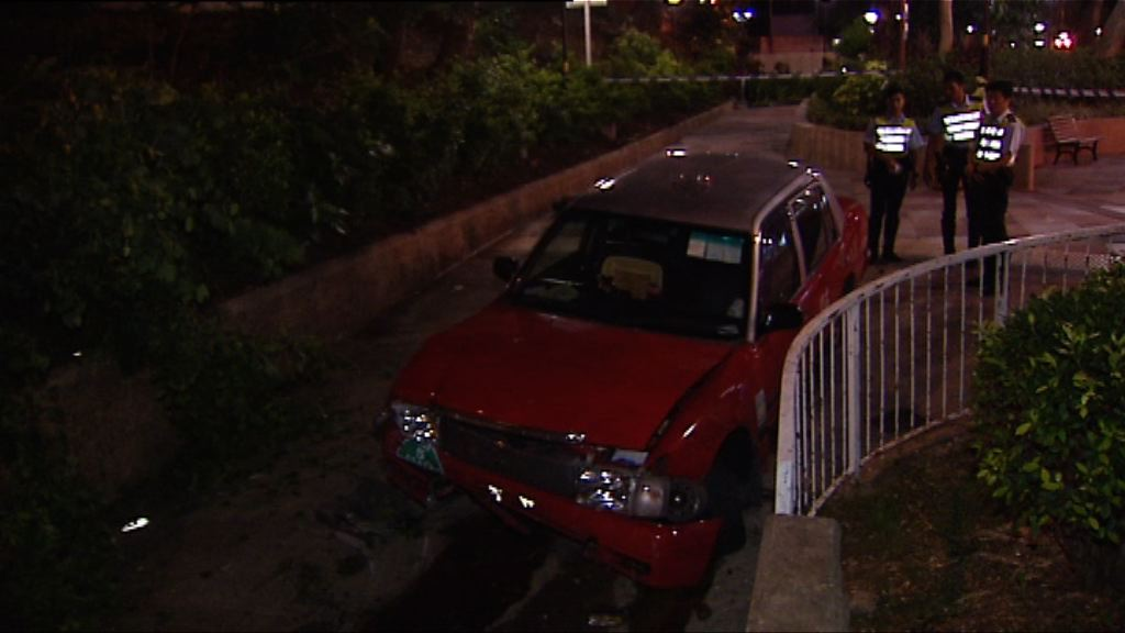 葵涌的士衝斜坡墮公園司機傷
