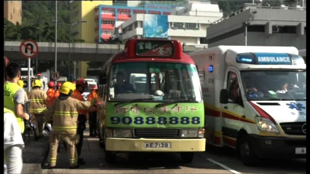 葵涌道小巴與的士相撞八人傷
