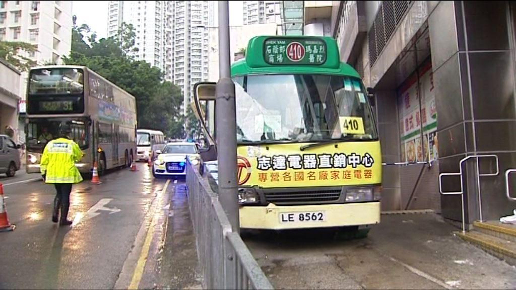 葵涌專線小巴剷上行人路兩人傷
