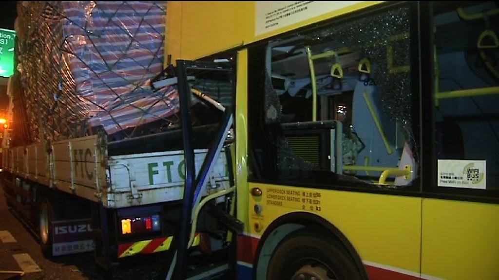 葵涌巴士撼貨車尾釀七人傷