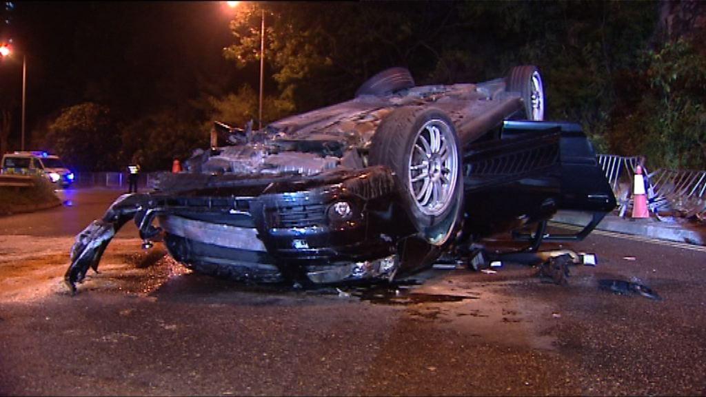 藍田私家車撞欄翻轉兩人傷