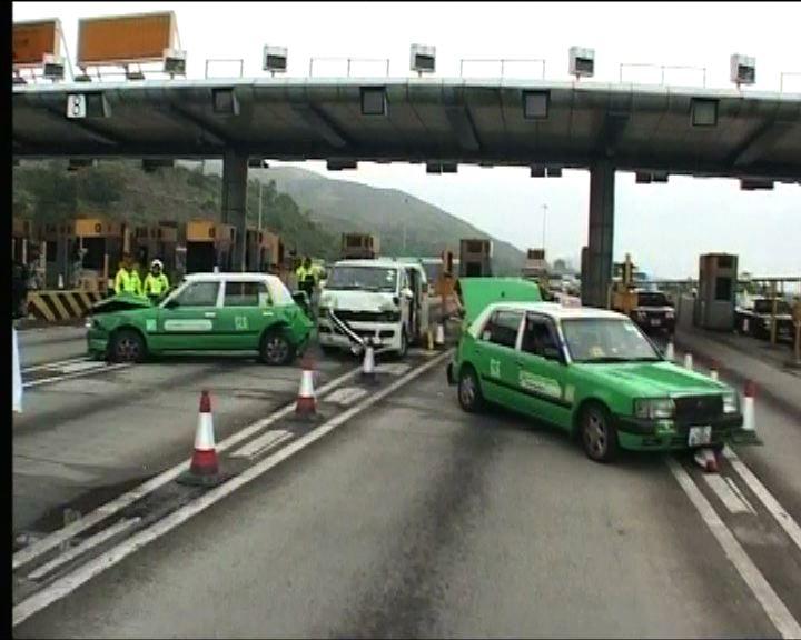 青嶼幹線三車相撞三司機受傷