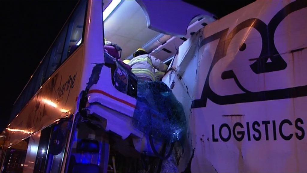 北大嶼山巴士撞貨車十多人傷
