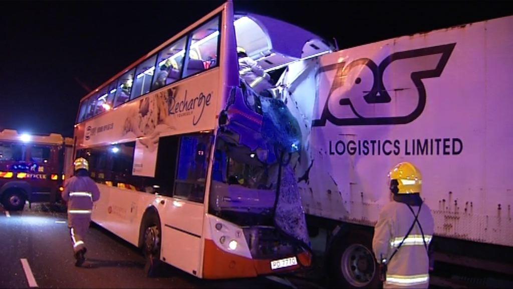 北大嶼山巴士撼貨車釀十九人傷