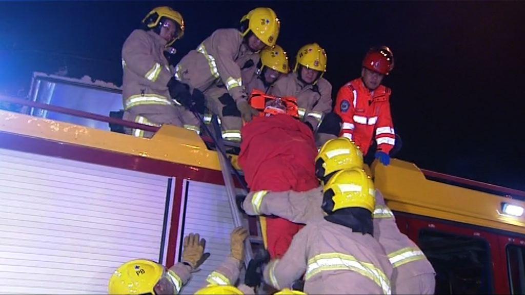 北大嶼山巴士撞貨車19傷 一人昏迷送院