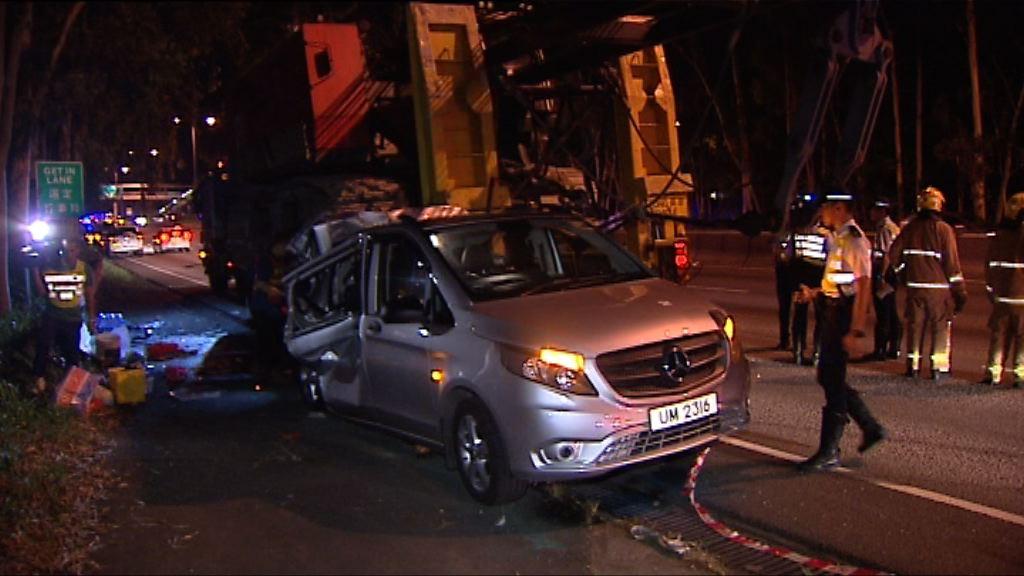 新田公路三車相撞一死十五傷