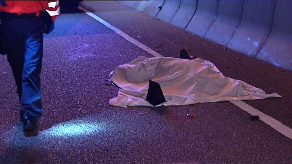 新田公路三車相撞 旅巴司機拋出車外身亡
