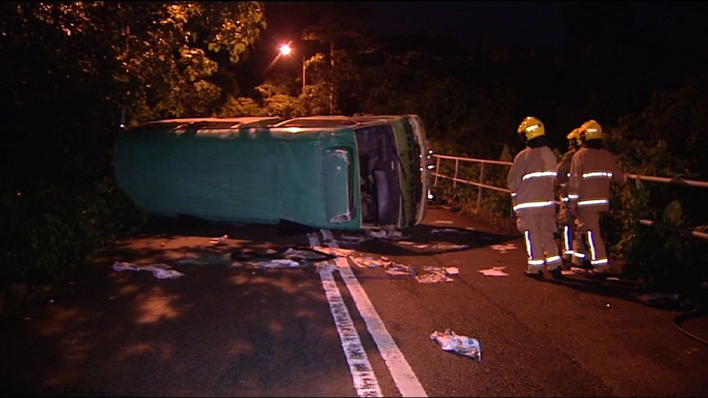 將軍澳小巴翻側 司機及十六名乘客受傷