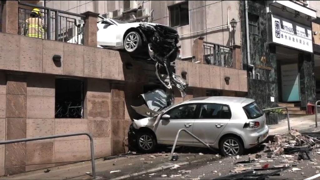 北角私家車停車場內撞車落樓一人傷
