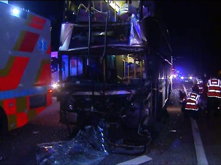 八鄉巴士撼工程車十多人傷