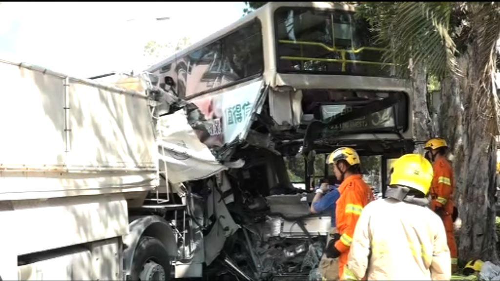 八鄉巴士與泥頭車撞一死三傷