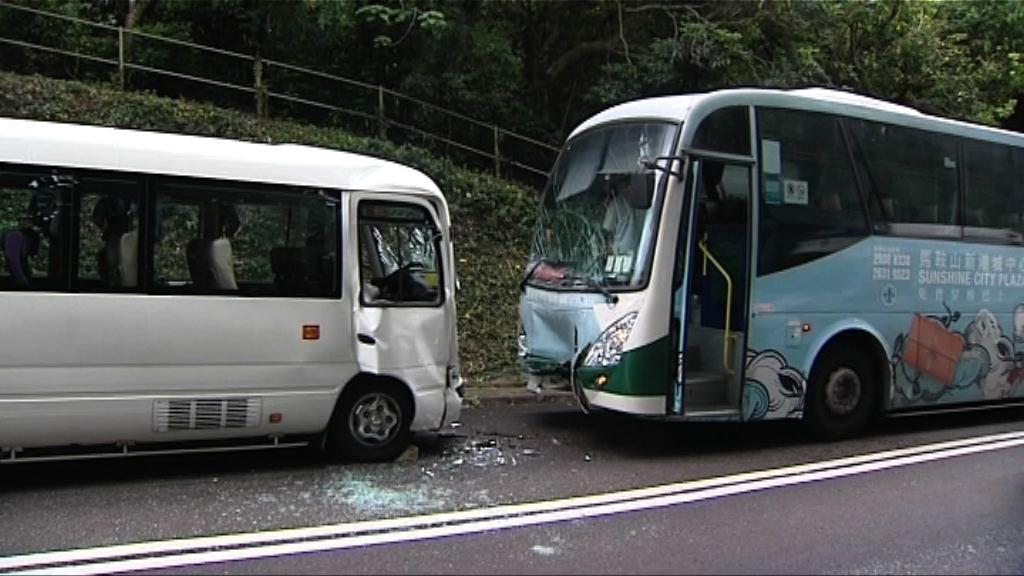 西貢兩旅遊巴相撞 九人受傷送院