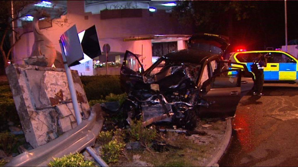 深井私家車撞迴旋處三人受傷