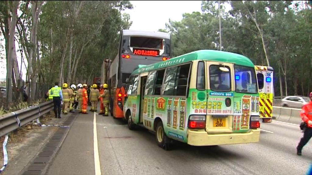 新田公路三車相撞 巴士及小巴車頭損毀