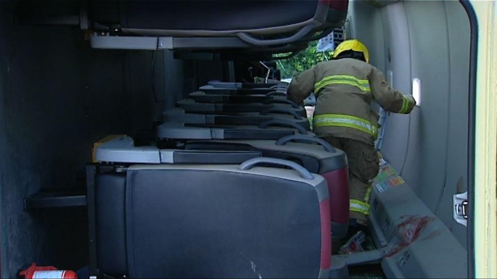 沙田小巴與客貨車相撞 至少十三人傷