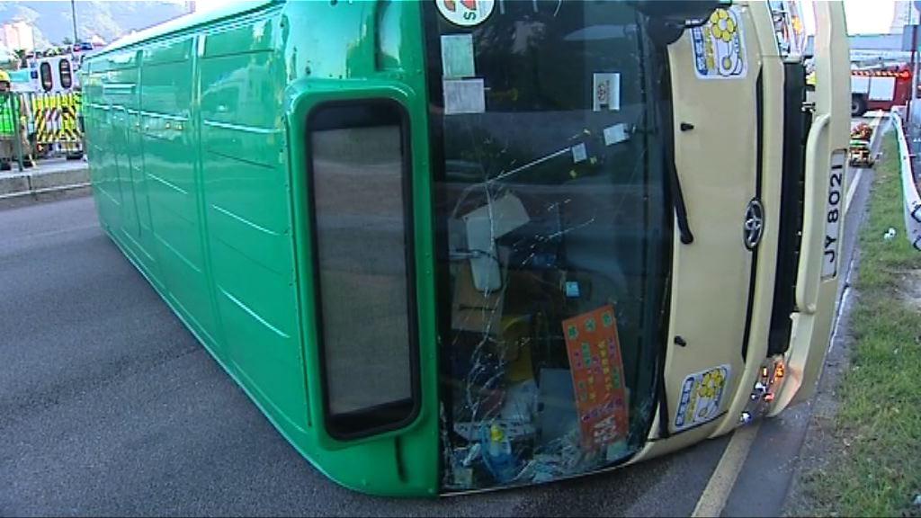 沙田小巴與客貨車相撞 乘客稱小巴車速不快
