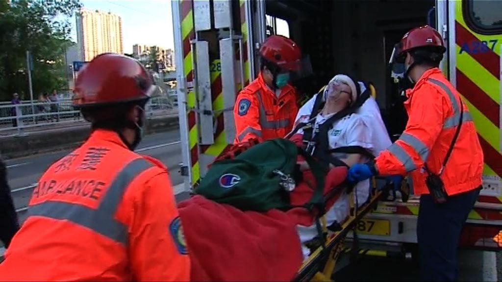 沙田小巴與客貨車相撞 有學生頭部受傷送院
