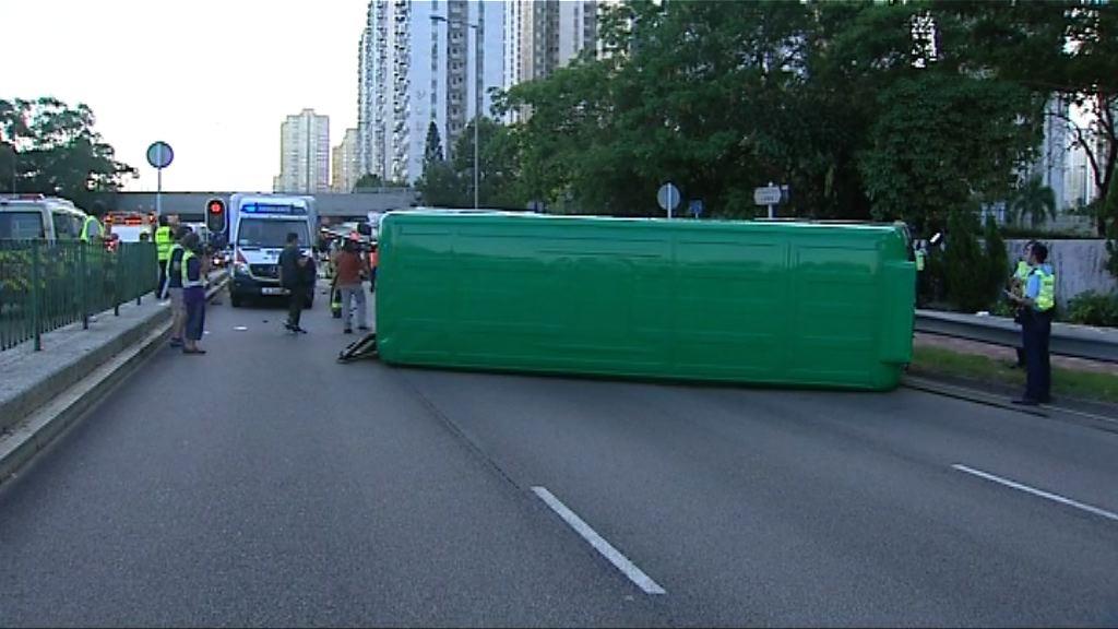 沙田兩車相撞 警方一度封閉大涌橋路